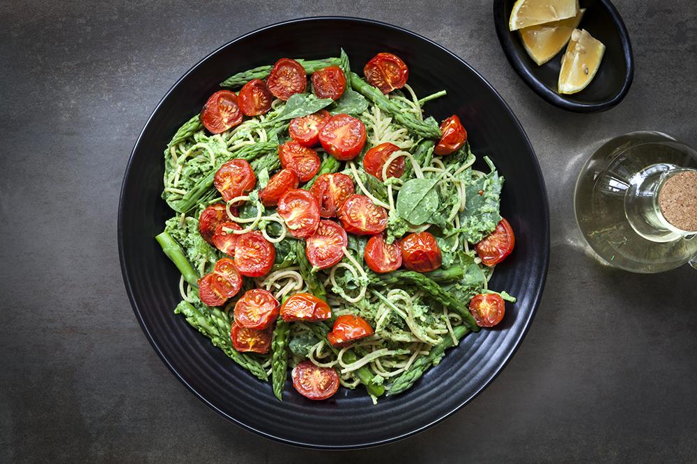 Espaguete com tomate assado , espinafre e pesto de aspargos 2
