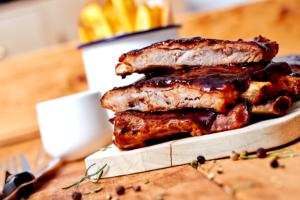 costelinha de porco com molho barbecue